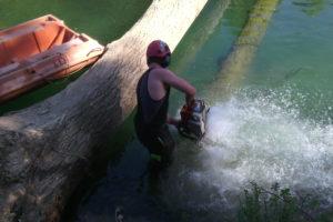 tronçonnage d'une grume créant une embâcle sur rivière