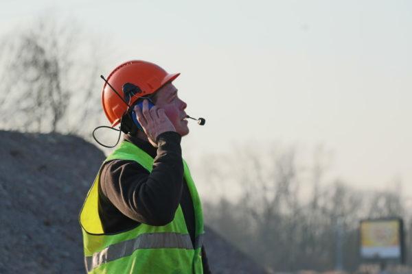homme guidant l'opérateur grâce à la radio communication