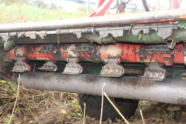 tracteur reform débroussaille en bordure de route