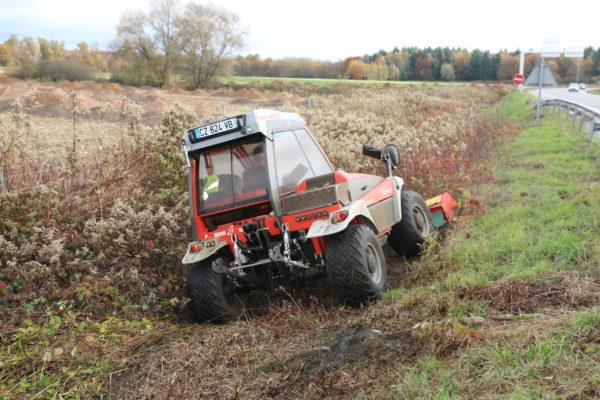 débroussaillage au tracteur reform et broyeur dans un talus
