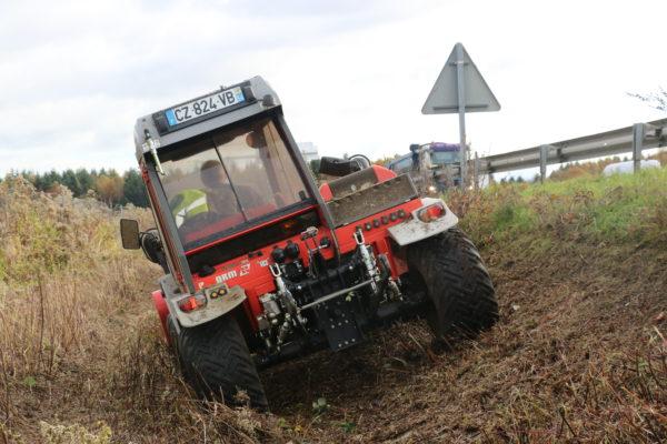 tracteur reform débroussaille un talus en bord d'autoroute