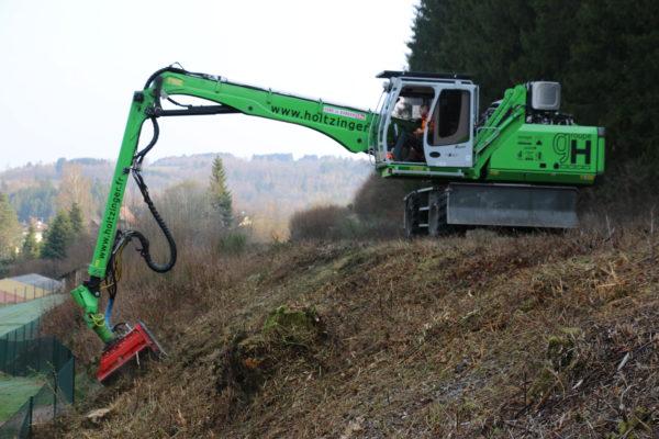 broyage de végétation en bord de chemin de fer à la pelle Sennebogen
