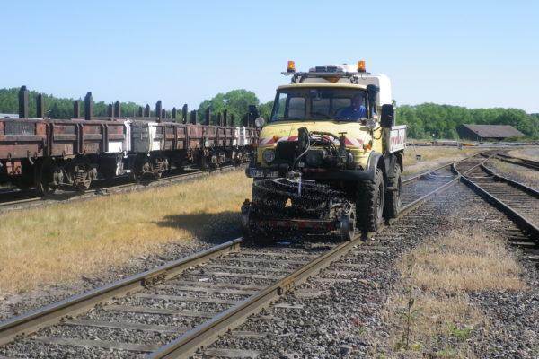 traitement phytosanitaire sur voies ferrés à l'unimog rail-route