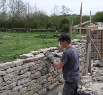 reconstruction du mur de pierres sèches