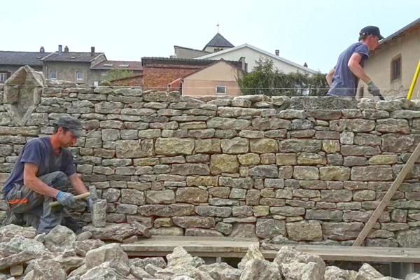 reconstitution du mur en pierres sèches